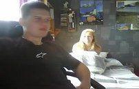 Casal mete em frente a webcam