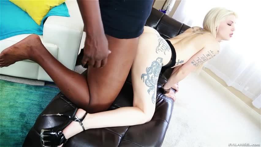 Loira gostosa aceita sexo por dinheiro