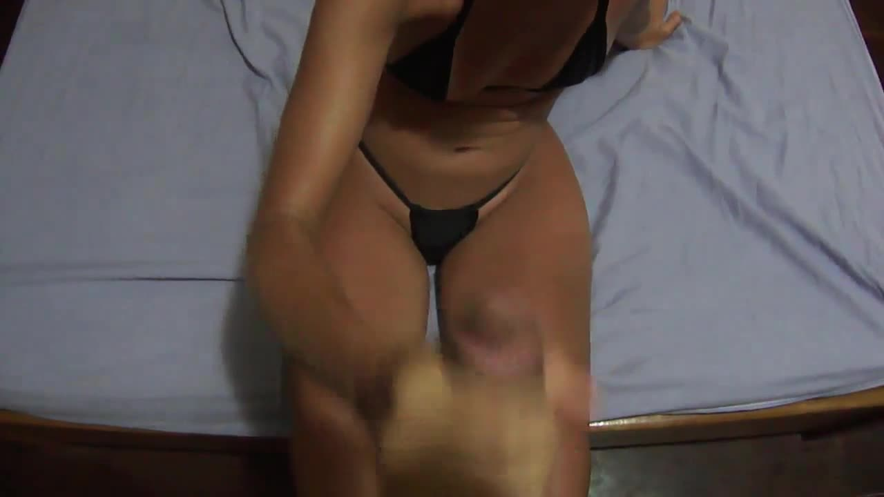 Puta bronzeadinha chupando e ganhando gozada