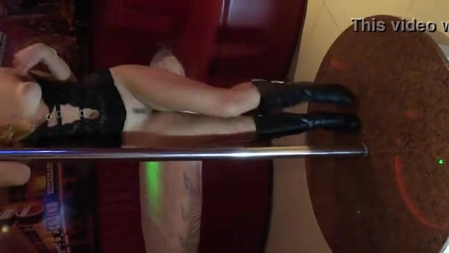 Loira amadora vadia dando show no pole dance
