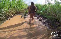 Safada faz sexo selvagem no meio da lama