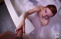 Ruiva deliciosa demais dando um cruzo na banheira