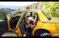 Taxista comendo uma safada dentro do carro