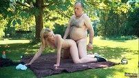 Porno incesto pai fodendo filha no gramado de casa